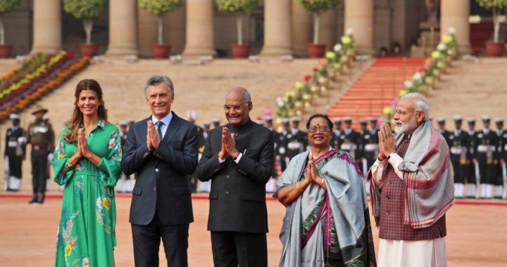 Macri comenzó con su visita oficial a la India entre homenajes y reuniones