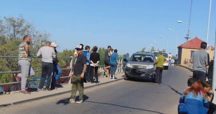 La familia del joven que cayó al canal de riego corta el puente de Dique Ballester