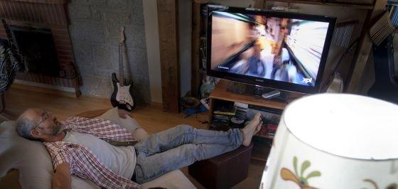 ¿Duermes con el televisor prendido? Esto te puede estar pasando