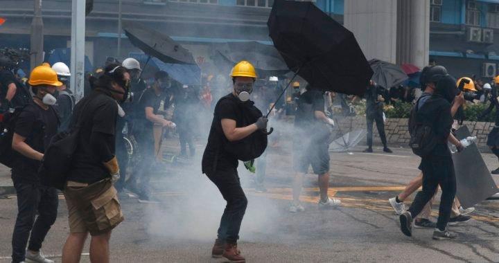 """China quiere que Hong Kong castigue """"conforme a la ley"""" a los manifestantes prodemocracia que fueron reprimidos con gases"""