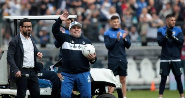 Maradona pisó la cancha de Gimnasia y el Bosque explotó