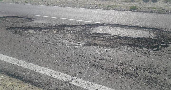 Por esquivar un bache casi choca con otro vehículo en Ruta 14