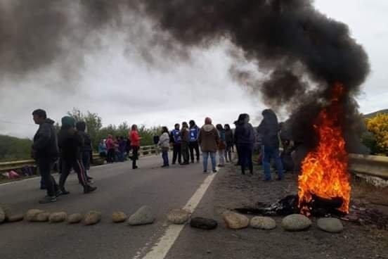 Municipales cortaron la Ruta 40 en Junín de los Andes por el bono navideño
