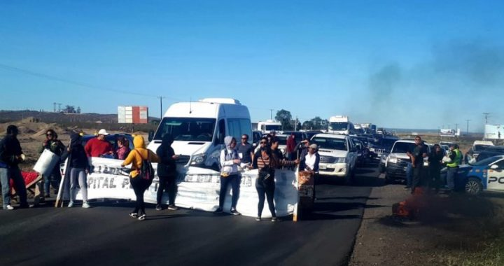 Tercerizados del hospital de Plottier cortan la Ruta 22 en Arroyito
