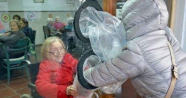 El ingenioso método de un geriátrico de Tandil para que los residentes vuelvan a abrazar a sus familiares