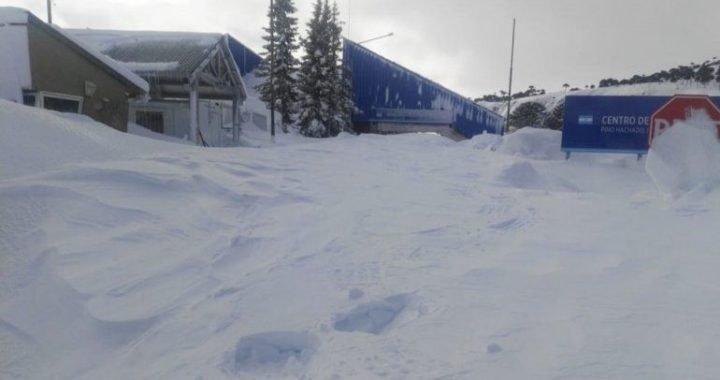 Estiman que hay hasta ocho metros de nieve en Pino Hachado
