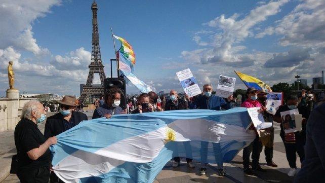 Mauricio Macri fue repudiado por argentinos en París