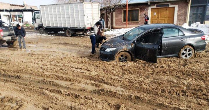 Zapala: Los autos se quedan atrapados en el barro