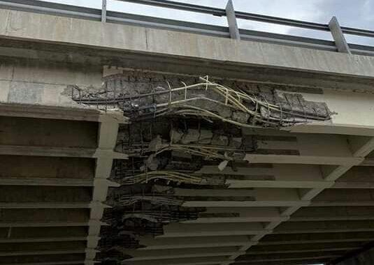 Está interrumpido el tránsito entre Piedra del Águila y Bariloche por el impacto de un camión en el puente de la ruta 234