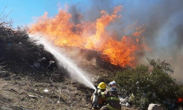 Junín: bomberos intentan contener el incendio en la planta de reciclaje