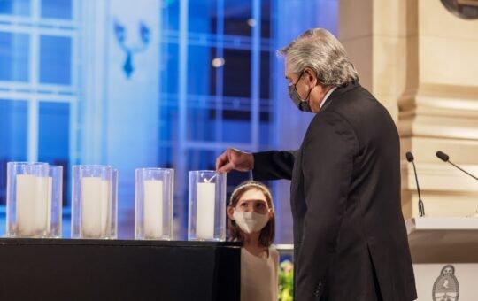 Desde el CCK: Sin autocrítica y con un llamado a la unidad, Alberto Fernández homenajeó a los 92 mil muertos por coronavirus en Argentina.