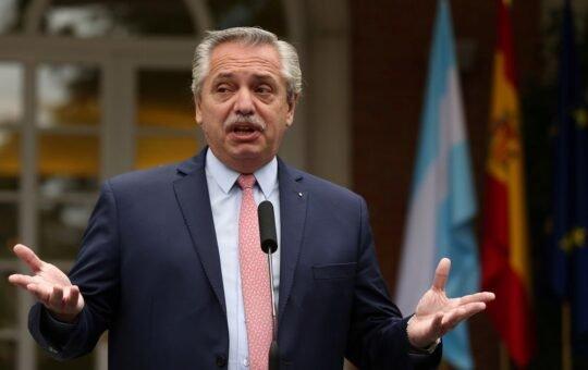 Alberto Fernández encabeza un homenaje a los muertos por coronavirus en Argentina